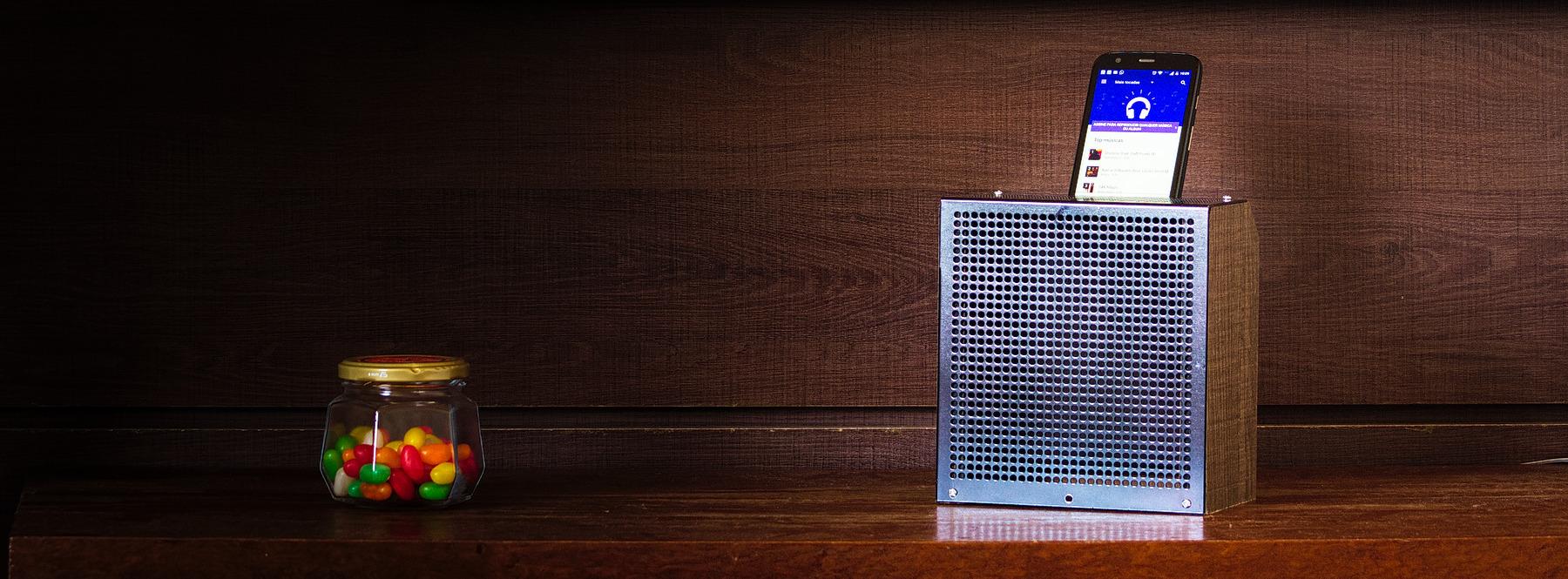 Foto de um amplificador passivo para iphone