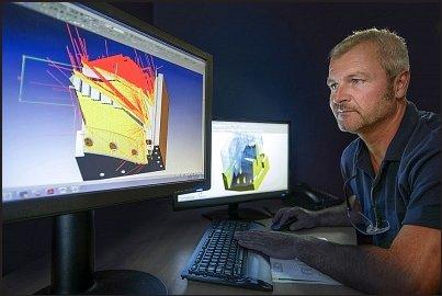 engenheiro utilizando um programa de calculo virtual no computador