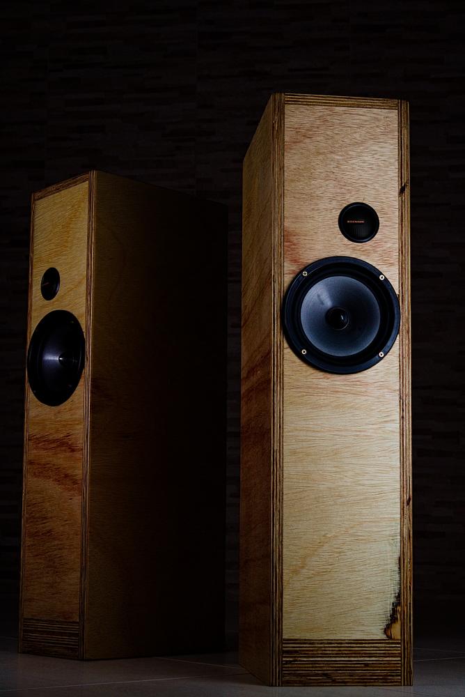 Imagem das caixas de som construidas com compensado naval