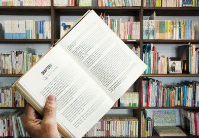 livro acerto em frente estante